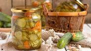 Фото рецепта Салат из огурцов, моркови и лука «Зимний каприз»