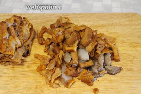 Размороженные или свежие грибы нарезать ломтиками.