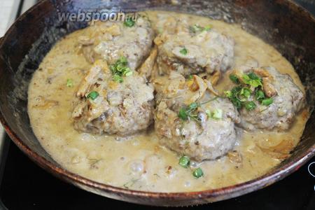 Готовые битки по-селянски в сметанном грибном соусе готовы. Присыпать их зелёным луком и подавать на стол.