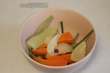 Вынуть из него овощи и перец. Морковь и сельдерей, кстати, можно куда-нибудь использовать (я, например, на ужин добавила их к луку и сладкому перцу на сковороду и залила яйцами — по-быстрому и очень вкусно получилось).