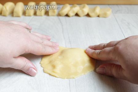 Накрываем другой частью лепёшки. И придавливаем пальцами по бокам.