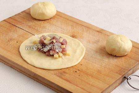 Каждый кусочек теста расплющить, выложить в центр начинку и сформировать татарский пирожок с дырочкой посредине.