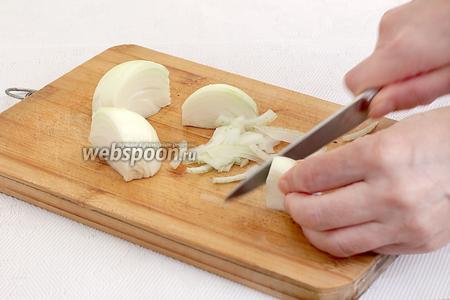 Готовим начинку для пирожков. Каждую луковицу разрезать на 4 части и нарезать мелкой соломкой. Способ нарезки важен для восточных пирожков, только соломка, полукольца и никаких квадратиков и кусочков.