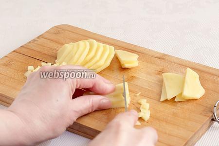 В начинку совсем не обязательно добавлять картошку, обычно это делается для экономии, чтобы начинки было больше. Я добавила всего 1 картошку, среднего размера, но можно готовить один к одному с мясом.  Сначала картофель разрезать пополам, потом — тонкими ломтиками,  затем каждый ломтик нарезать длинной соломкой, а потом соломку — маленькими квадратиками.