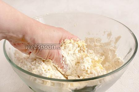Для теста муку смешать с солью, содой, затем растереть мягкое масло или маргарин вместе с мукой до получения крошки.