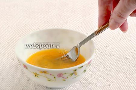 Яйцо слегка взбить вилкой. Часть яйца добавить в тесто, к муке, а вторую половину оставить для смазывания пирожков. Если яйца совсем маленькие, то можно добавить в тесто яйцо целиком, а второе взять для смазки.