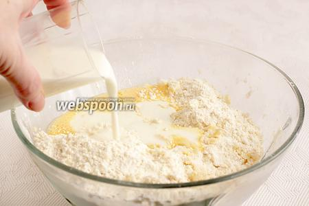 К муке с маслом, как я уже сказала, добавить половину взбитого яйца и кефир. Кефир я вливаю постепенно, одновременно замешивая тесто. Бывает, что муки может потребоваться чуть больше. Главное, чтобы тесто хорошо замесилось и осталось мягким.