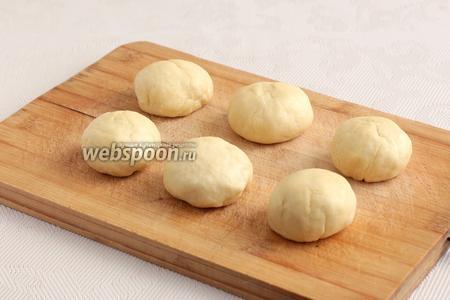 Из теста сформировать колбаску, а затем разделить ее на равные кусочки, примерно по 50-55 граммов.