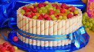 Фото рецепта Бисквитно-творожный торт с вафельными трубочками и фруктами