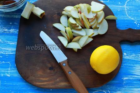 Сливы и груши нарезать дольками, сбрызнуть лимонным соком.