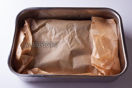 Покрываем их бумагой сверху так, чтобы получился закрытый пакет. Выпекаем в предварительно прогретой духовке при температуре 230°С 20 минут.