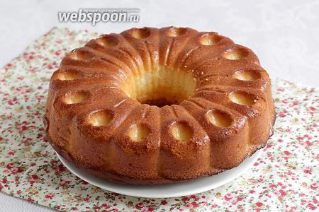 Затем, полностью остывший кекс извлечь из формы. Посыпать сахарной пудрой. Так полагается по ГОСТу. Подавать к чаю. Угощайтесь, он нежнейший!