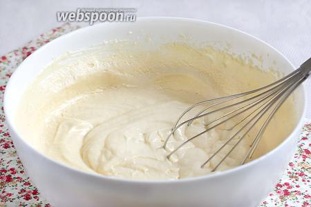 Затем по 1 ложке добавлять яичную смесь к маслу, не переставая взбивать, пока не закончатся все яйца. Смесь становится пышной, гладкой и очень воздушной. Сахар должен полностью раствориться. Проверьте это, разминая между пальцами каплю взбитой смеси.