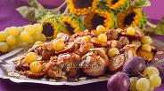 Фото рецепта Курица в духовке со сливой и виноградом
