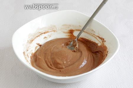Добавить какао и муку, хорошо размешать полужидкую массу. Советую сначала добавить всё какао и только потом подсыпать муку, вдруг получится густо. Масса должна выйти тянущейся и не густой.