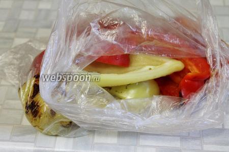 Запечённый перец выложить в пакет и остудить.