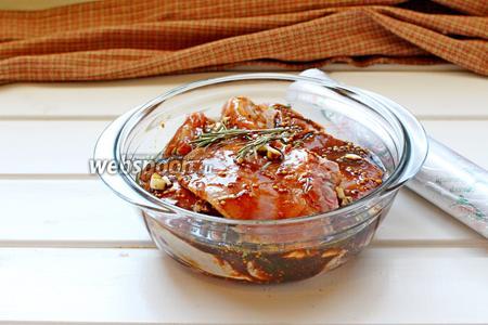 Мясо выкладывать в миску, промазывая маринадом, накрыть плёнкой и убрать в холодильник не менее, чем на 2 часа. В идеале на 6-8 часов.