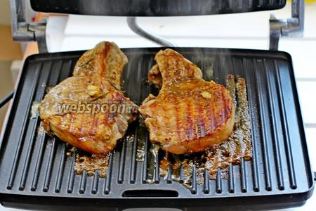 Затем мясо вынуть из маринада, выложить на разогретый гриль и обжарить до готовности на среднем режиме (примерно  10 минут).