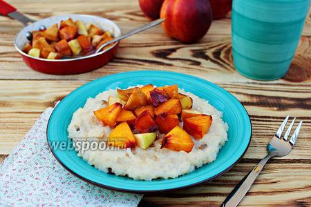 Рисовая каша с фруктами в карамельном соусе