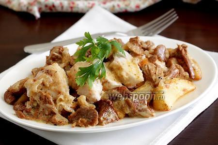 Обжаренное куриное филе в сливочном соусе из лисичек