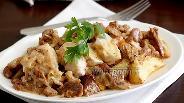 Фото рецепта Обжаренное куриное филе в сливочном соусе из лисичек
