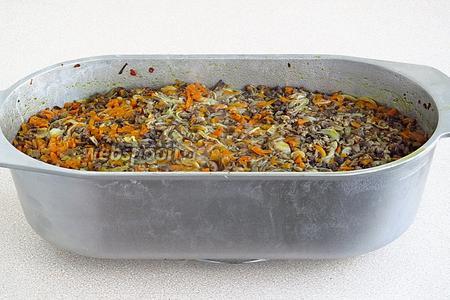 Утятницу закрыть крышкой, поставить в духовку, разогретую до температуры 180°С, и тушить в течение 2,5 часа.
