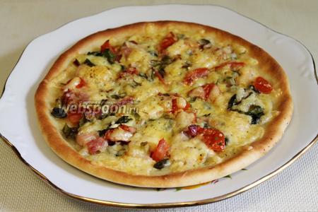 Готовую пиццу выложить на блюдо, нарезать и подавать к чаю.