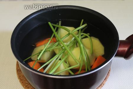 Овощи сложить в кастрюлю и залить водой.