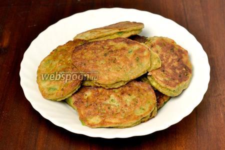 Подавать эти котлеты можно со сметаной, а ещё лучше со сметанным соусом, с добавлением чеснока и зелени.