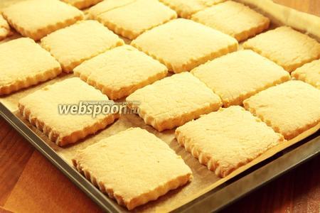 Не передержите! Изделия не должны сильно румяниться. В оригинальном рецепте готовые печенья посыпают пудрой, но попробовав, мне показалось, что сахара достаточно, поэтому я не стала посыпать ещё дополнительно сахаром. Вы ориентируйтесь на свой вкус.