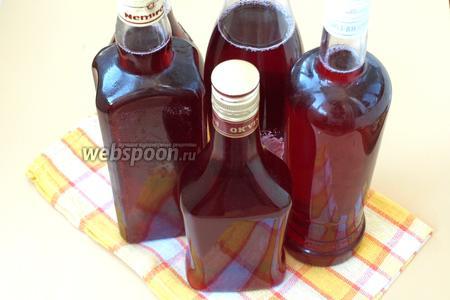 Разлить ликёр в чистые, сухие бутылки и убрать в тёмное место. Из данных ингредиентов получается 3,5 литра готового ягодного ликёра. Приятного аппетита!