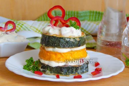 Кабачковые башенки с чесночным соусом и сладким перцем