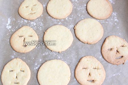 Готoвым печенькам даём остыть.