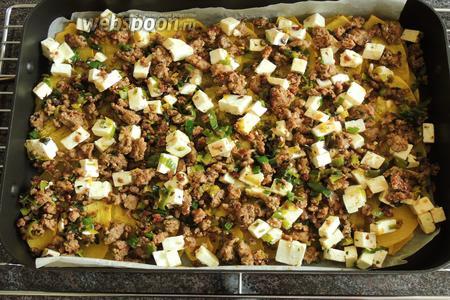 И в последнем шаге мы накрываем тыкву горячим фаршем с Фетой. Баранина с тыквой и сыром подаётся сразу, приятного аппетита!