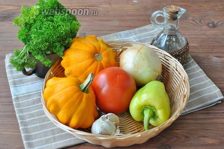 Приготовим свежие овощи, патиссоны лучше взять некрупные, лук, перец, помидор — всё среднего размера. Зелень, масло растительное, приправа острая (у меня из перца халапеньо и чеснока), сырный соус.
