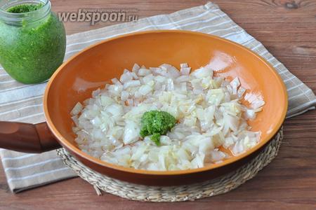 На раскалённой сковороде обжарить лук и чеснок, добавить немного острой приправы.