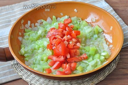 Добавить нарезанные томаты и всё обжарить до мягкости. Посолить.