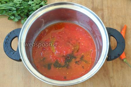 Добавить к помидорам оливковое масло, бальзамический уксус, сахар, соль, перемешать и довести до кипения.