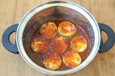 В помидорную массу опускать кружочки кабачков и тушить 10 минут на медленном огне. Когда 1 часть потушится, вынимать и выкладывать следующую.