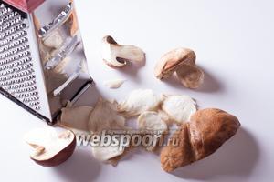 Режем грибы или на тёрке-жюльеннице, или ножом, главное, чтобы толщина пластин была миллиметра 2. На это, кстати, уходит бОльшая часть времени приготовления, всё остальное делается очень быстро.
