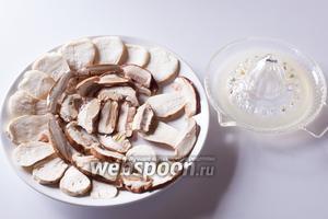 Грибы сразу выкладываем на сервировочную тарелку (плоско, в 1 слой, а не в миску) и сбрызгиваем их лимонным соком, чтобы не окислялись.