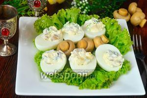 Яйца фаршированные ананасами, грибами и огурцами