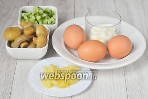 Для приготовления фаршированных яиц вам понадобится майонез, яйца куриные, шампиньоны маринованные, ананасы, и огурцы.