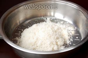 На сковороду с толстым дном или в толстостенный сотейник выложить сахар.