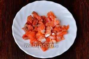 Рыбу красную слабосолёную нарезаем мелкими кубиками.