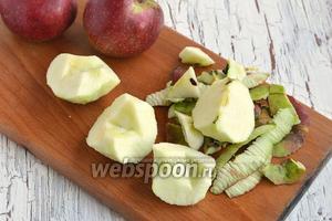 Яблоки помыть, очистить от кожицы, удалить семенную коробку.