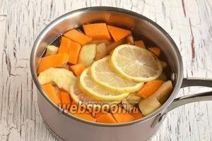 В кастрюле соединить яблоки, тыкву, воду, порезанный лимон.