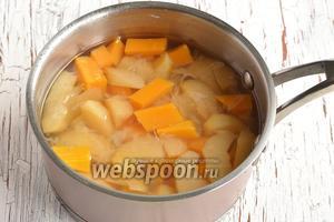Довести до кипения. Лимон вытянуть, а всё проварить приблизительно 10-12 минут до полной готовности тыквы и яблок.