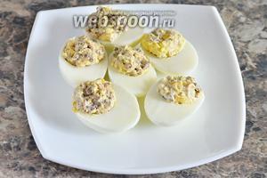 Начиняем получившейся массой куриные яйца.