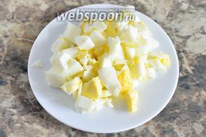 Яйца предварительно отвариваем 10 минут и нарезаем мелкими кубиками.